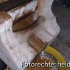 034, b Durch natürliches Gefälle läuft der Honig am unteren Ende der Presse heraus, durch ein Doppelsieb in einen Hubbock.