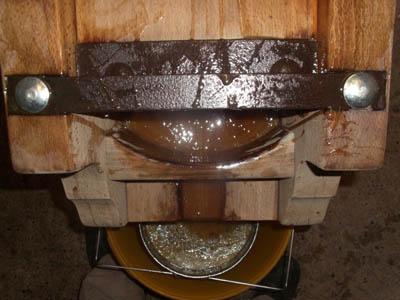 039, b Von obenauf den Abfluss des Honigs aus der Presse gesehen.