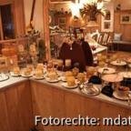 """Frühstücksbuffet mit den Honig-""""Kandidaten""""."""
