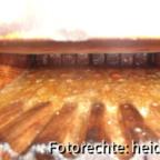 038, b Zu Beginn des ersten Pressvorganges tritt viel Honig aus dem Pressbeutel heraus. Man muss aufpassen, dass der Honig nicht oben heraus überläuft, weil er zähflüssige Heidehonig nur langsam durch die Zwischenräume der Leiten abläuft.