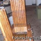 024, b In der aufgeklappten Presse steht links das aus gerundeten Leisten gefertigte und  mit Zwischenräumen zum Ablaufen des Honigs, montiere Unterleggestell.